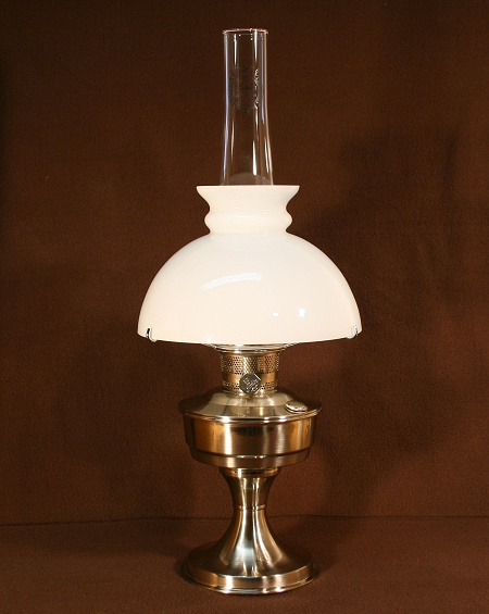 Aladdin Table Lamp, Messing verchromt mit weißem Rochesterschirm (9.5